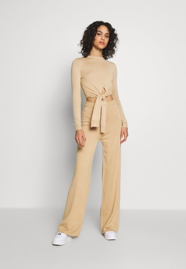 CROPPED SLOUCHY TIE FRONT JUMPER SET - Jersey de punto - camel