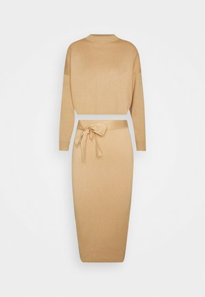 FUNNEL NECK CROPPED JUMPER AND TIE WAIST MIDI SKIRT SET - Trui - camel