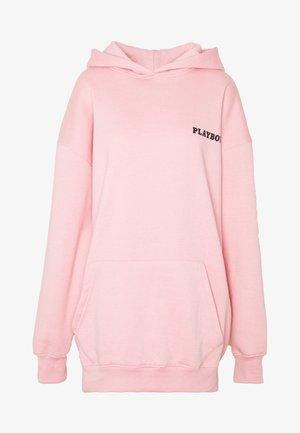 PLAYBOY GIRL MAGAZINE BACK GRAPHIC HOODIE JUMPER DRESS - Robe d'été - baby pink