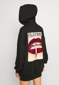 Missguided - PLAYBOY LIPS DIAMANTE MAGAZINE GRAPHIC HOODIE DRESS - Mikina skapucí - black - 3