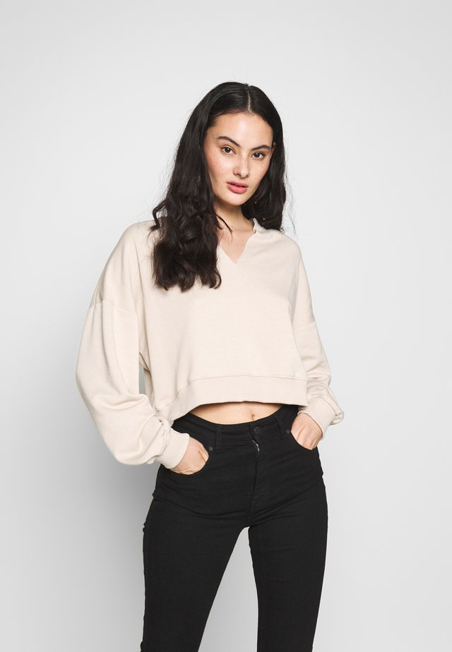 RAW EDGE NOTCHED NECK - Sweatshirt - sand