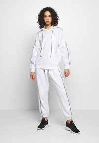 Missguided - SET JOGGER AND SWEAT - Sweat à capuche - white - 0