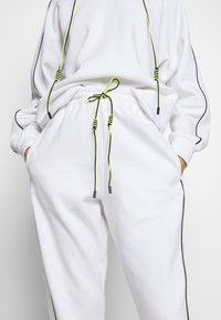 Missguided - SET JOGGER AND SWEAT - Sweat à capuche - white - 5