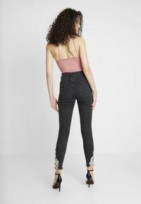 Missguided - SINNER HEM KEY SHOOT - Jeans Skinny Fit - washed black - 2