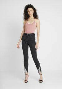 Missguided - SINNER HEM KEY SHOOT - Jeans Skinny Fit - washed black - 1