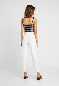 Missguided - RIOT FRONT SEAM SELF BELT - Relaxed fit jeans - white - 2