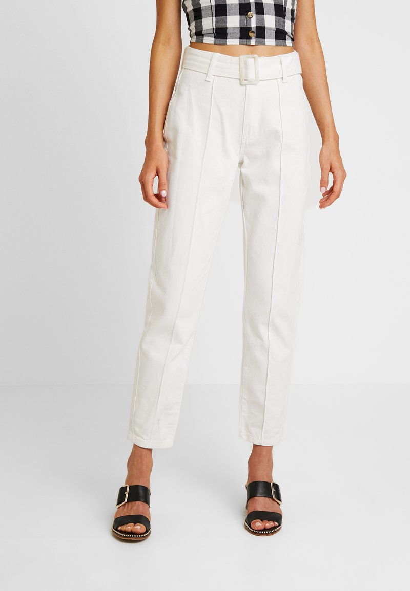 Missguided - RIOT FRONT SEAM SELF BELT - Relaxed fit jeans - white