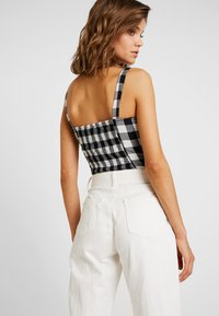 Missguided - RIOT FRONT SEAM SELF BELT - Relaxed fit jeans - white - 3
