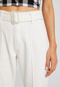 Missguided - RIOT FRONT SEAM SELF BELT - Relaxed fit jeans - white - 5