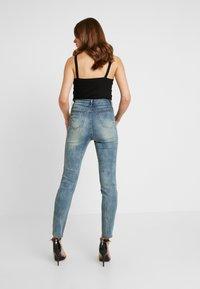 Missguided - SINNER SINGLE KNEE RIP VINTAGE - Jeans Skinny Fit - blue - 2