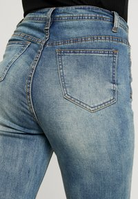 Missguided - SINNER SINGLE KNEE RIP VINTAGE - Jeans Skinny Fit - blue - 5