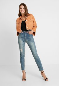 Missguided - SINNER SINGLE KNEE RIP VINTAGE - Jeans Skinny Fit - blue - 1