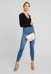 Missguided - VICE EXPOSED ZIP AND BUTTON WITH ANKLE ZIP - Vaqueros pitillo - blue - 1