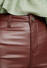 Missguided - VICE HIGHWAISTED COATED - Pantalon classique - burgandy - 4