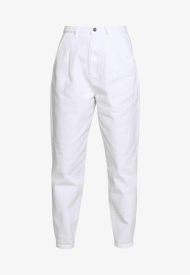SLOUCH HIGHWAISTED PLEAT DETAIL - Relaxed fit -farkut - white