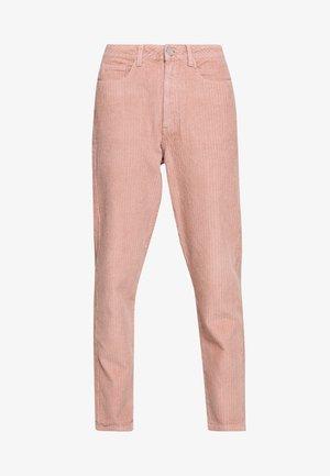 RIOT HIGH RISE JUMBO MOM JEAN PETROL - Pantalones - blush