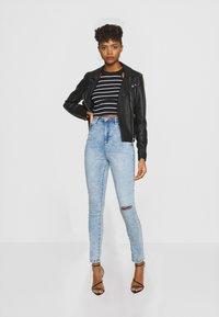 Missguided - SINNER HIGHWAISTED KNEE SLASH - Jeans Skinny Fit - soft acid wash - 1