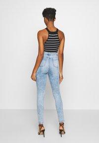Missguided - SINNER HIGHWAISTED KNEE SLASH - Jeans Skinny Fit - soft acid wash - 2