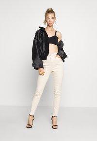 Missguided - SINNER HIGH WAISTED MINIMAL DISTRESS - Jeans Skinny - ecru - 1
