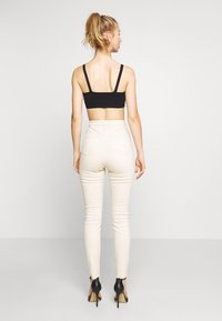 Missguided - SINNER HIGH WAISTED MINIMAL DISTRESS - Jeans Skinny - ecru - 2
