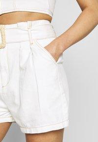 Missguided - CONTRAST STITCH CROP AND RAFFIA BUCKLE SET - Denim shorts - white - 6