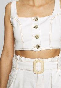 Missguided - CONTRAST STITCH CROP AND RAFFIA BUCKLE SET - Denim shorts - white - 4