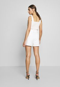Missguided - CONTRAST STITCH CROP AND RAFFIA BUCKLE SET - Denim shorts - white - 3