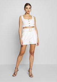 Missguided - CONTRAST STITCH CROP AND RAFFIA BUCKLE SET - Denim shorts - white - 0