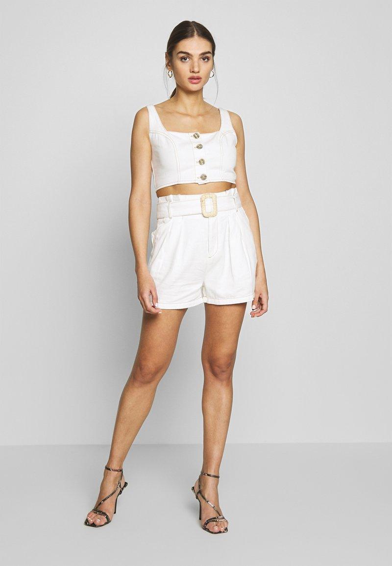 Missguided - CONTRAST STITCH CROP AND RAFFIA BUCKLE SET - Denim shorts - white