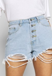 Missguided - RIOT HIGHWAISTED DISTRESS MOM SHORT - Jeans Shorts - light wash - 4