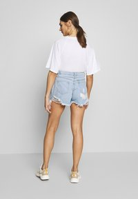 Missguided - RIOT HIGHWAISTED DISTRESS MOM SHORT - Jeans Shorts - light wash - 2