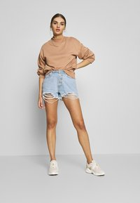 Missguided - RIOT HIGHWAISTED DISTRESS MOM SHORT - Jeans Shorts - light wash - 1