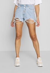 Missguided - RIOT HIGHWAISTED DISTRESS MOM SHORT - Jeans Shorts - light wash - 0