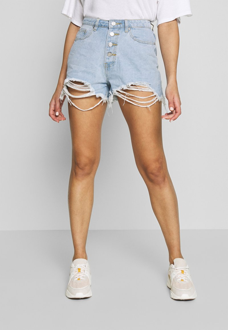 Missguided - RIOT HIGHWAISTED DISTRESS MOM SHORT - Jeans Shorts - light wash