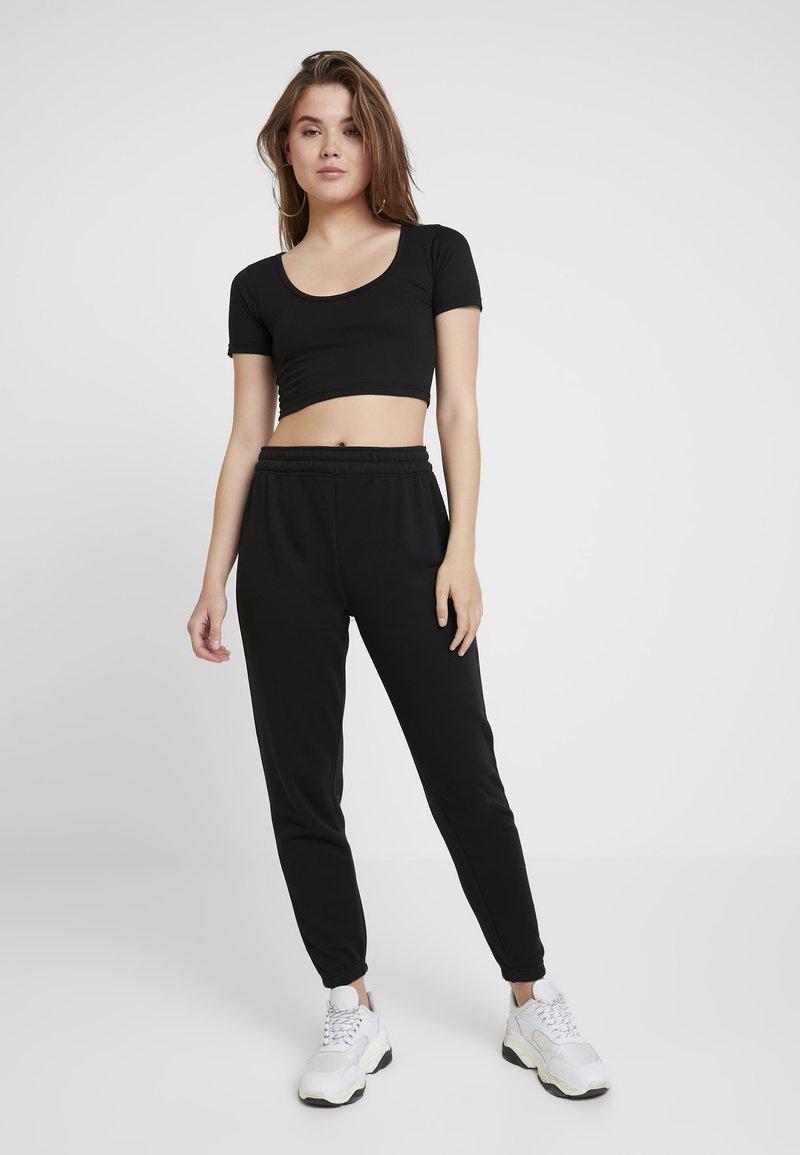Missguided - CROPPED AND BASIC SET - Pantalon de survêtement - black
