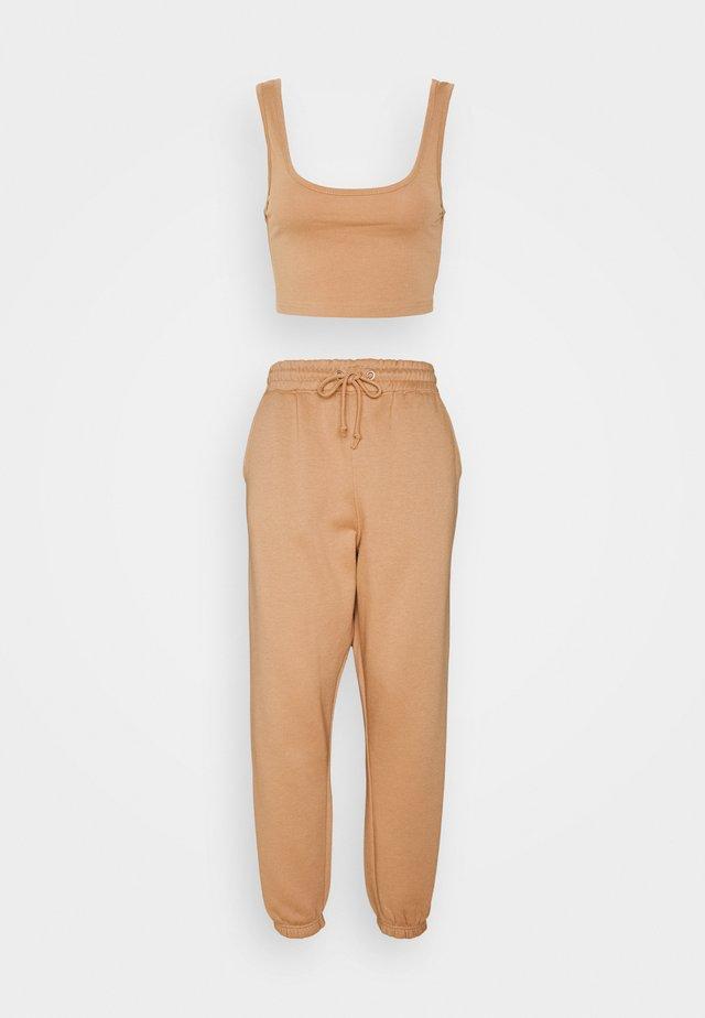 SCOOP NECK BRALET JOGGER SET - Pantalon de survêtement - camel