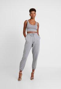 Missguided - SCOOP NECK BRALET JOGGER SET - Pantalon de survêtement - grey - 0
