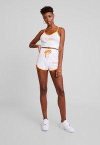 Missguided - SLEEVELESS ROUND NECK CROP RUNNER SET - Shorts - white/orange - 1