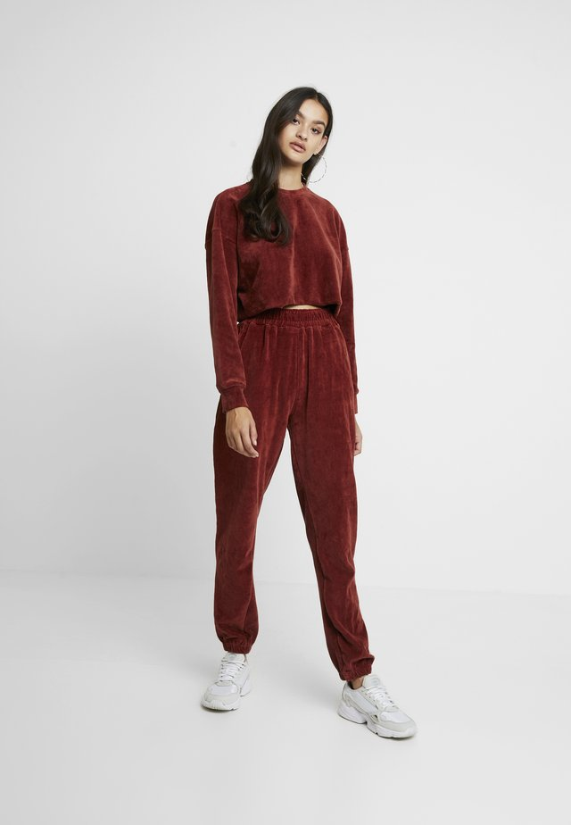 CROPPED AND CUFFED JOGGERS SET - Trainingsbroek - rust