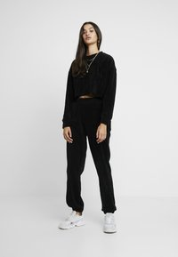 Missguided - CROPPED AND CUFFED JOGGERS SET - Træningsbukser - black - 1