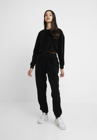 Missguided - CROPPED AND CUFFED JOGGERS SET - Træningsbukser - black - 2