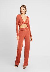 Missguided - TWIST BRALET AND TRIM BELTED WIDE LEG TROUSERS SET - Pantalon classique - orange - 0