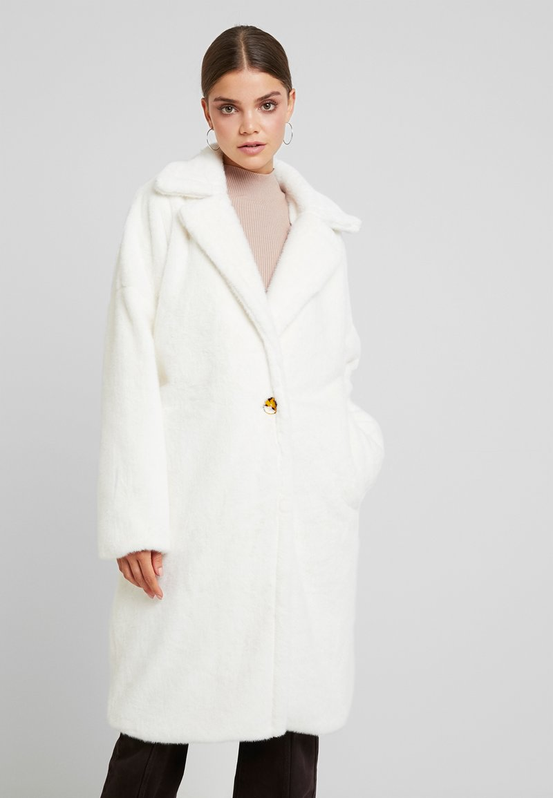 Missguided - LONG LINE SHORT FUR COAT - Classic coat - white