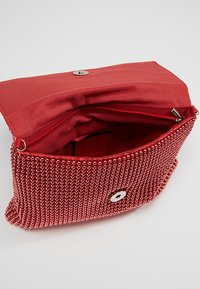 Missguided - CIRCULAR CHAINMAIL FOLD OVER - Pochette - red - 4