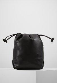 Missguided - DRAWSTRING CHAIN STRAP BAG - Schoudertas - black - 2