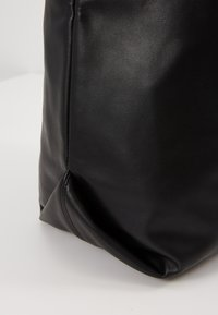 Missguided - DRAWSTRING CHAIN STRAP BAG - Schoudertas - black - 6