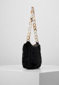 Missguided - CHAIN DETAIL HANDBAG - Handbag - black - 3