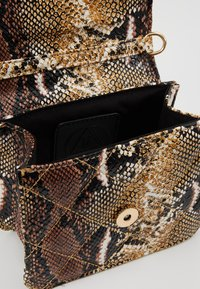 Missguided - MINI QUILTED SNAKE HANDBAG - Handtas - brown - 4