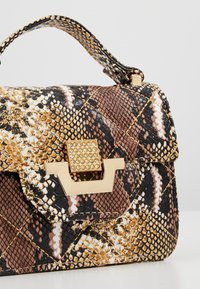 Missguided - MINI QUILTED SNAKE HANDBAG - Handtas - brown - 6