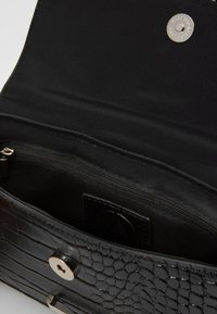 Missguided - HANDLE CROC DETAIL HANDBAG - Sac à main - black - 4